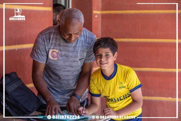 لاعبنا كريم اثناء التوقيع لنادى سيراميكا كليوباترا